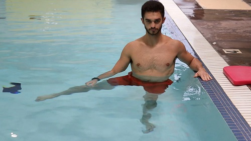 Lateral leg raise in the pool